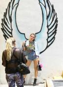 Bella Thorne por las calles de Los Angeles (15/6/16) 03d97c490014387