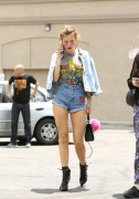 Bella Thorne por las calles de Los Angeles (15/6/16) 200566490014224