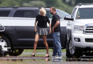 Taylor Swift - boarding private plane with new BF Tom Hiddleston in Rhode Island - 06/16/2016
