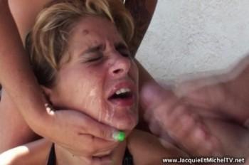 Mia - Mia sodomisee au gode-ceinture ! (2013) 1080p