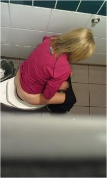 Писсинг скрытая камера в мужском туалете 52